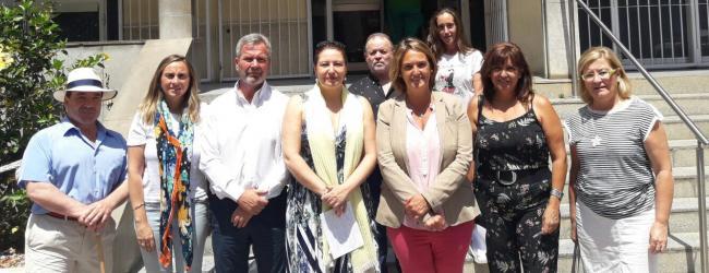 La portavoz del PP en el Parlamento de Andalucía, Carmen Crespo, y la portavoz del PP de Motril, Luisa García Chamorro, han exigido  esta mañana a la Junta de Andalucía transparencia y que los refuerzos sanitarios para la Costa que la Junta promete de cara a la época estival cumplan con garantías las demandas de la zona, especialmente en el ámbito de las urgencias. Ambas se han pronunciado esta mañana en Motril, en un acto en el que han estado también acompañadas por los parlamentarios andaluces del PP, Mar